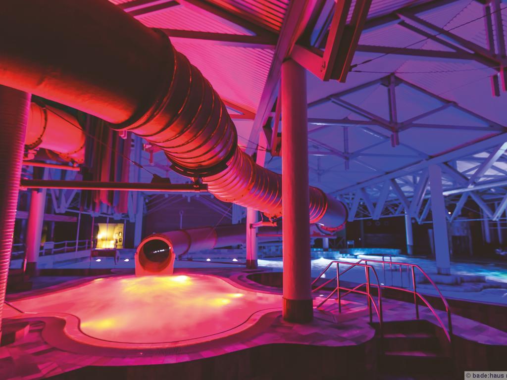Beleuchtete Rutsche im Badehaus Norderney