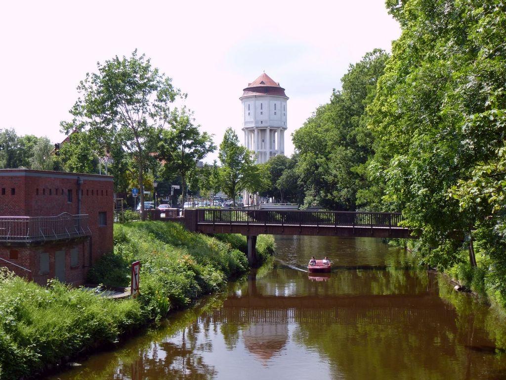 Der Emder Stadtgraben mit Wasserturm im Hintergrund