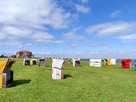 Bunte Strandkörbe auf der Rasenfläche am Wattenmeer bei Horumersiel