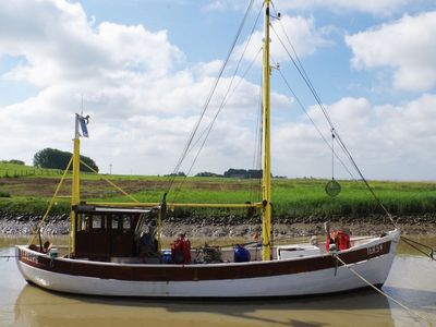 Ein Boot in der Ems bei Moormerland
